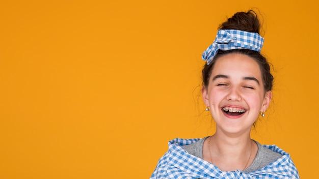 Dziewczyna z zamkniętymi oczami śmiejąc się