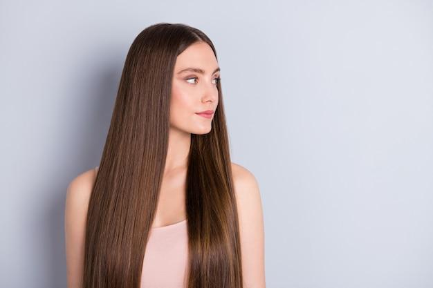 Dziewczyna z zdrowymi włosami na szarym tle