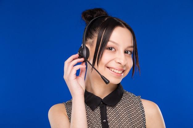 Dziewczyna z zestawem słuchawkowym