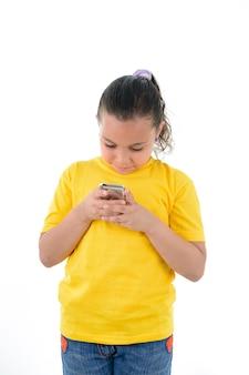 Dziewczyna za pomocą telefonu komórkowego