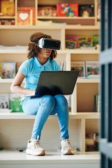 Dziewczyna za pomocą wirtualnych okularów