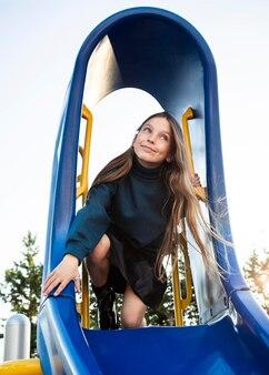 Dziewczyna zabawy na slajdzie