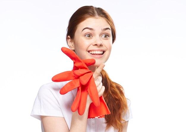 Dziewczyna zajmuje się czyszczeniem i dezynfekcją gumowymi rękawiczkami