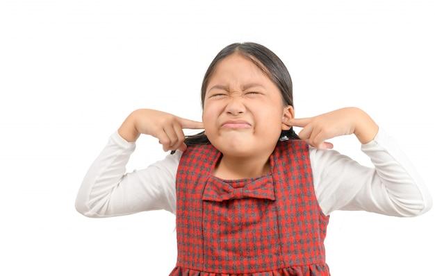 Dziewczyna zakrywająca uszy ignorująca irytujący głośny hałas