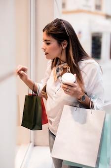 Dziewczyna zakupy na telefonie