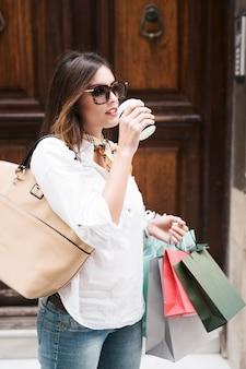 Dziewczyna zakupy o kawie