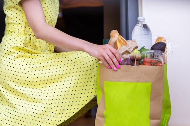 Dziewczyna zamówiła artykuły spożywcze w domudostawa artykułów spożywczych do rąkdostawa produktów rzemieślniczych