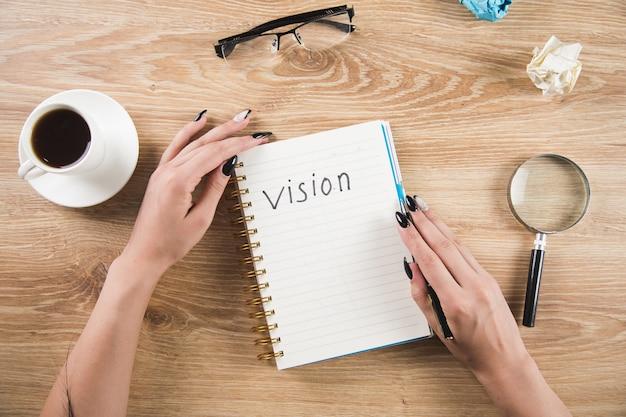 Dziewczyna zapisuje wizję w zeszycie. pisanie wizji