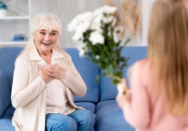 Dziewczyna zaskakująca babcia