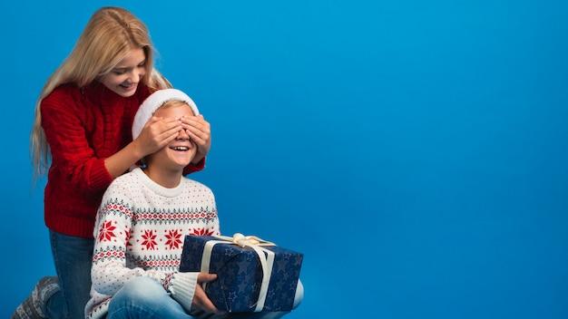 Dziewczyna zaskakujący chłopiec z prezentem