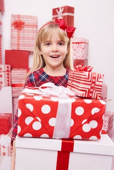 Dziewczyna zaskoczona stosem prezentów