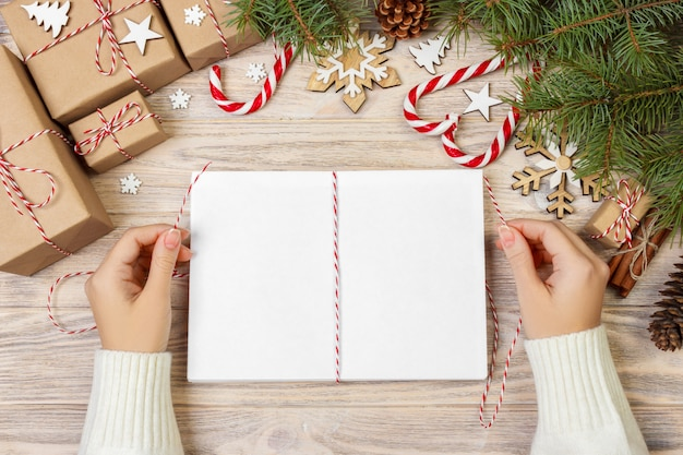 Dziewczyna zawija świąteczne koperty, dzieci mikołaj w kopercie
