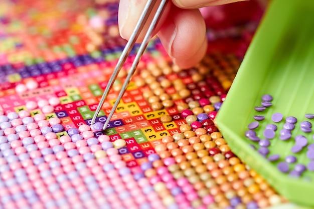 Dziewczyna zbiera diamentowe malowanie