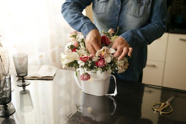 Dziewczyna zbiera piękny bukiet kwiatów