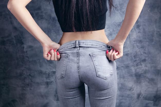 Dziewczyna zdejmuje spodnie