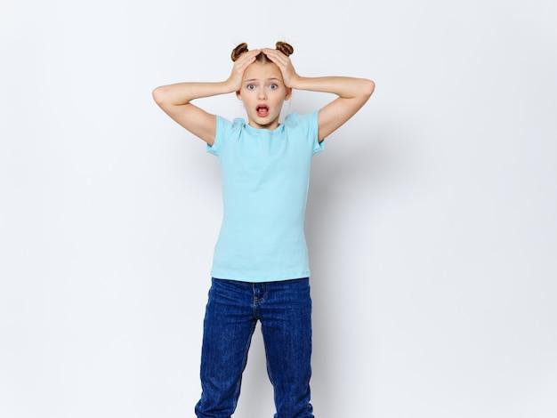 Dziewczyna zdesperowana z rękami na głowie