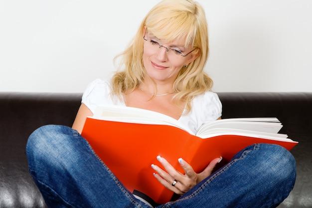 Dziewczyna ze skrzyżowanymi nogami, czytanie