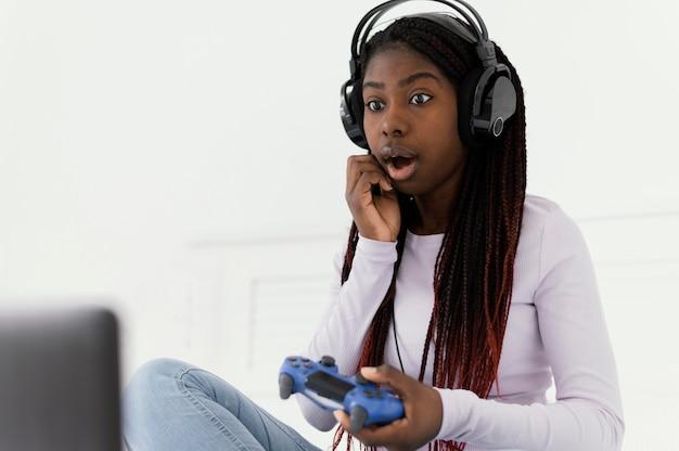 Dziewczyna ze słuchawkami gra w gry wideo