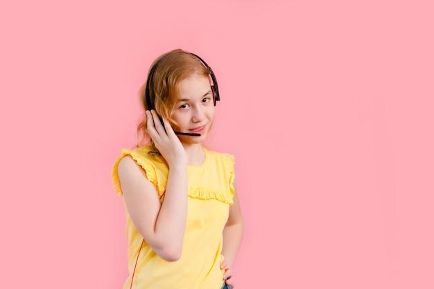Dziewczyna ze słuchawkami podczas lekcji online w domu