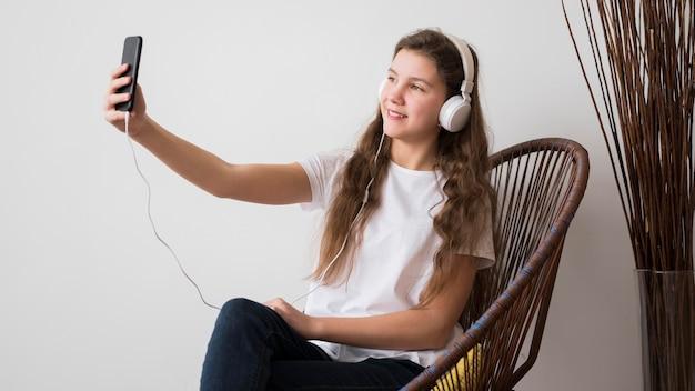 Dziewczyna ze słuchawkami przy selfie