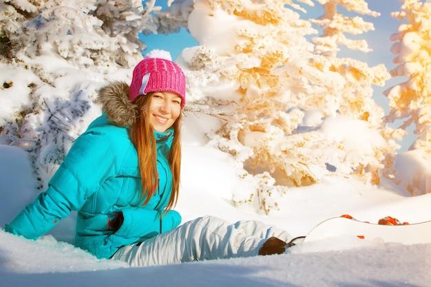 Dziewczyna ze snowboardowym zimowym ośrodkiem narciarskim
