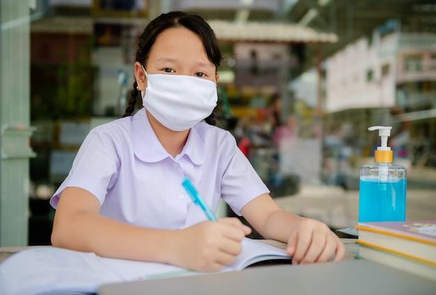 Dziewczyna ze szkoły podstawowej odrabia lekcje