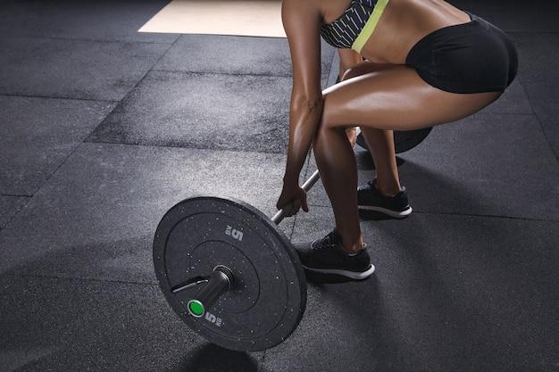 Dziewczyna ze sztangą na siłowni