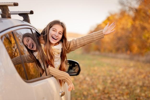 Dziewczyna zerkające przez okno samochodu