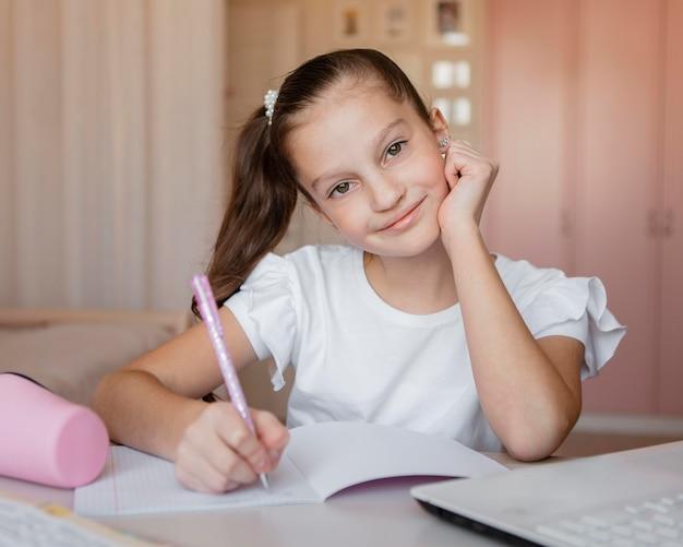 Dziewczyna, zwracając uwagę na lekcje online