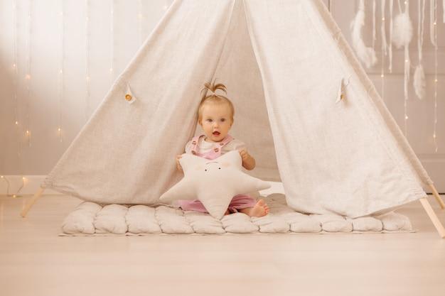 Dziewczynka bawi się w pokoju dziecinnym
