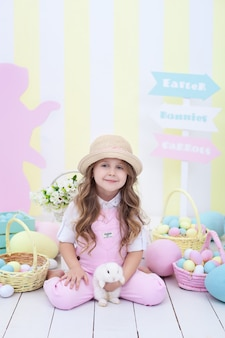 Dziewczynka bawi się z easter bunny. dziecko i królik