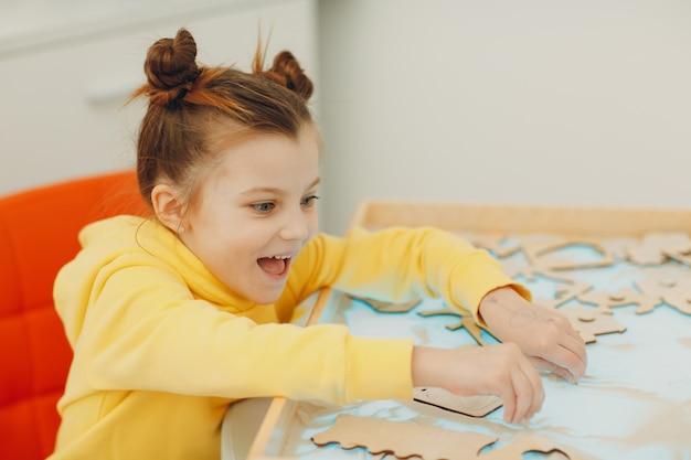 Dziewczynka bawi się z piasku w formie zabawki wczesnej edukacji psychologia poznawcza malucha