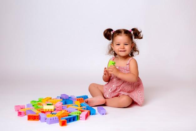 Dziewczynka bawi się z wielobarwny konstruktor