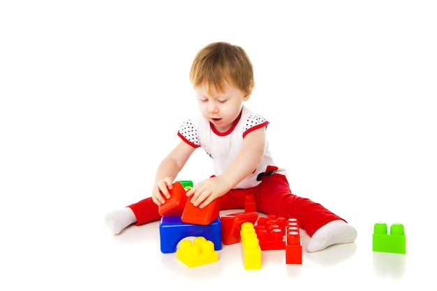 Dziewczynka bawi się zabawkami edukacyjnymi