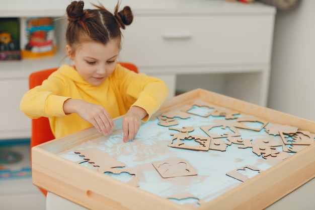 Dziewczynka bawiąca się piaskiem zabawka wczesna edukacja koncepcja psychologii poznawczej malucha