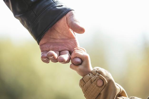 Dziewczynka ciepła kurtka i czapka dziadka c ręce w parku jesienią