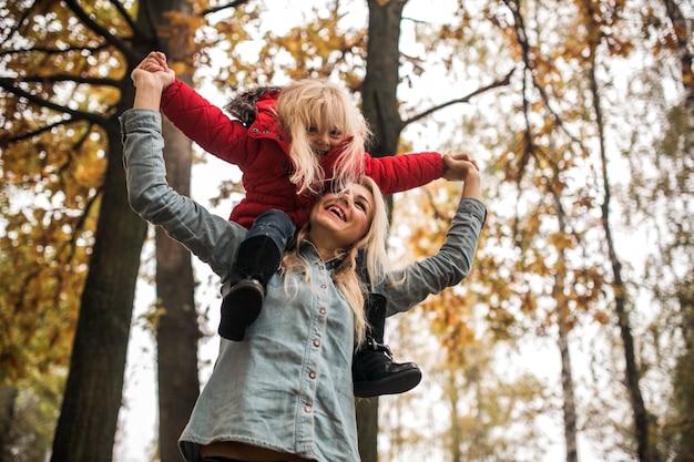 Dziewczynka cieszy się z matką na zewnątrz