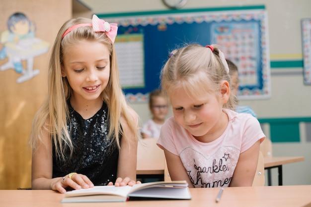 Dziewczynka czyta książkę w klasie