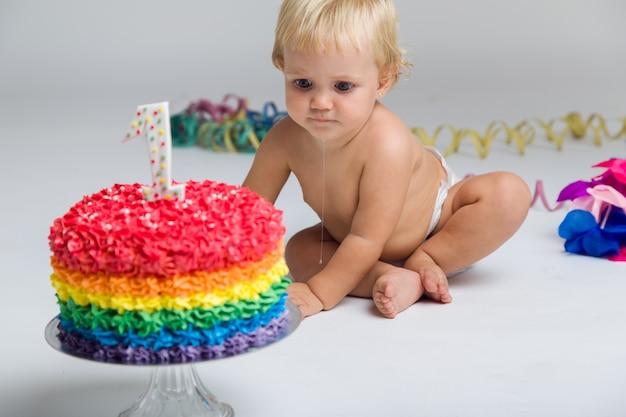 Dziewczynka dziecko świętuje jej pierwszego bithday z smaczne ciasto i ba
