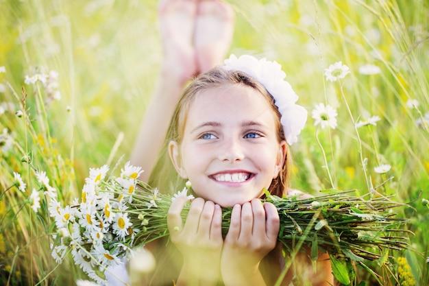 Dziewczynka dziecko w polu rumianku