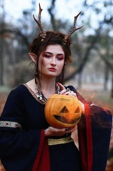 Dziewczynka elf z dyni w parku