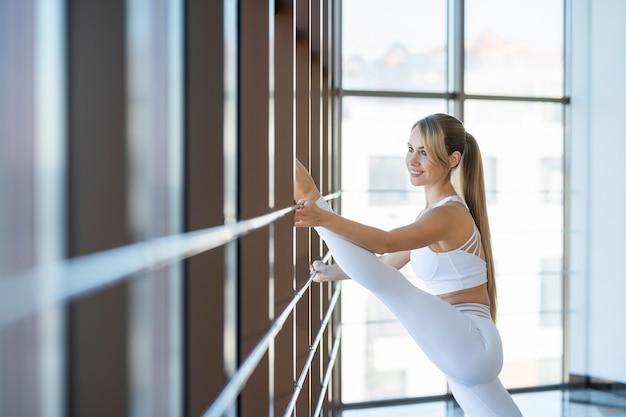 Dziewczynka fitness ćwiczy szpagat