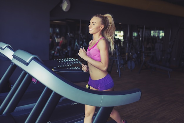 Dziewczynka fitness działa na bieżni