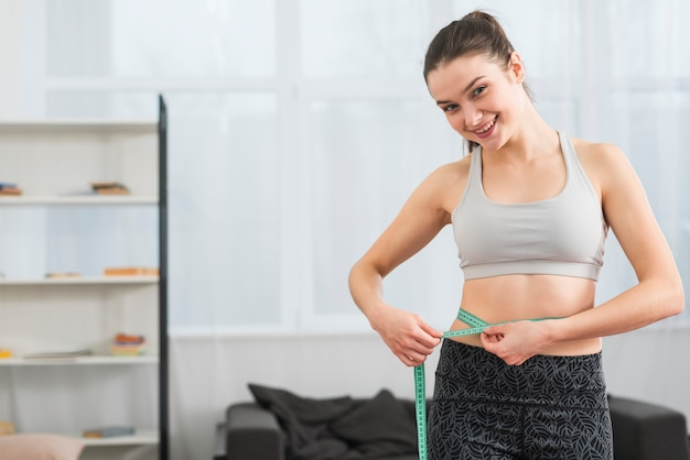 Dziewczynka fitness pomiaru siebie