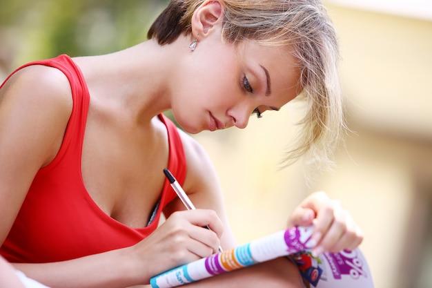 Dziewczynka fitness pracuje w parku