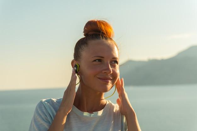 Dziewczynka fitness z słuchawki bezprzewodowe