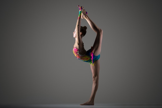 Dziewczynka gimnastyk temu stałego backbend z koronki