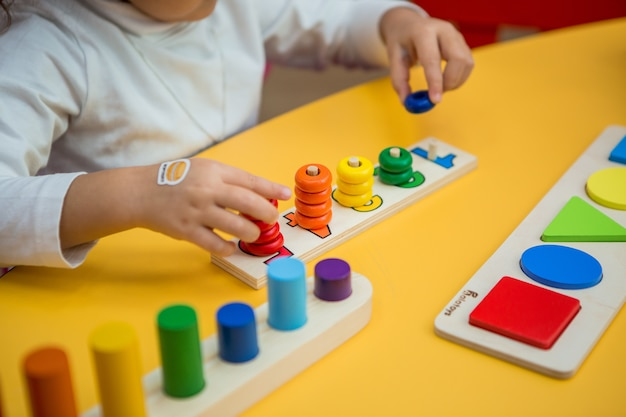 Dziewczynka gra na zajęciach edukacyjnych