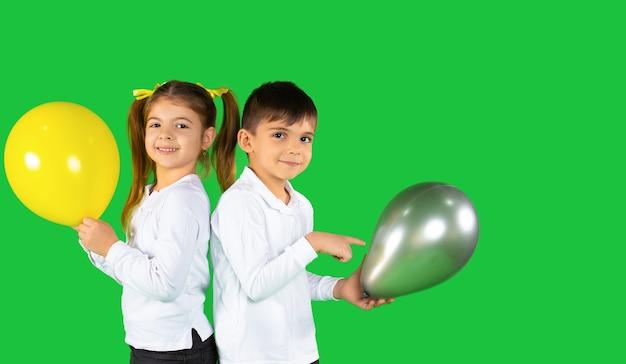 Dziewczynka i chłopiec w wieku przedszkolnym stojąc plecami do siebie