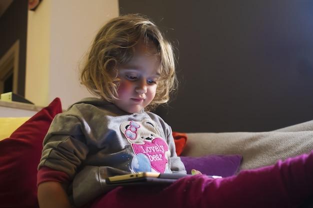 Dziewczynka i telefon komórkowy